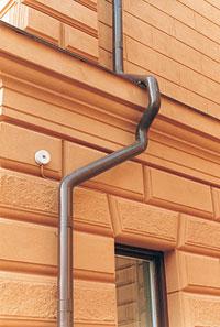 Bild 5:32. Här saknas tydligen samordning mellan tak och fasad. Foto: Torbjörn Osterling.