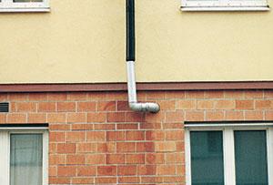 Bild 5:34. Vattnet bör ledas bort från huset i stället för in i huset. Foto: Torbjörn Osterling.