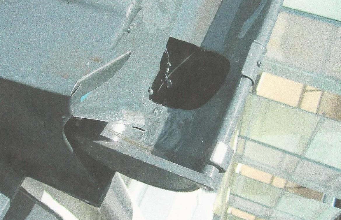 Bild 4:36. Det är viktigt att hålet i hängrännan är minst lika stort som stuprörets diameter. Foto: Torbjörn Osterling