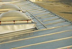 Bild 2:14. Sömsvetsad rostfri stålplåt kan användas som taktäckning på tak med mycket låg lutning.  Foto: Torbjörn Osterling.