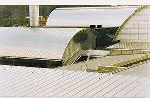 Bild 2:24. Aluminiumplåt har tack vare goda korrosionsegenskaper fått stor användning som fasad- och takmaterial. Aluminium används även för olika typer profiler till fönster- och dörrpartier.