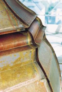 Bild 2:26. Koppar har god formbar-het vilket gör att materialet kan användas där det finns utsmyck-ningar, komplice-rade lister mm. Genom att glödga plåten lokalt i samband med falsningen kan plåten göras ännu mera formbar. Foto: Torbjörn Osterling.