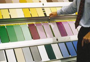 Bild 2:40. Olika färgbeläggningar och kulörer utsätts för flera olika prov med tanke på utvecklingen av såväl de tekniska som estetiska egenskaperna. Bilden visar plåtprover på en provningsstation i Florida.