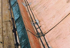 Bild 1:4. Isbildning vid takfot kan till viss del förhindras med värmekabel men det är viktigt att i första hand utforma taket på ett sådant sätt att inte is bildas.  Foto: Torbjörn Osterling.