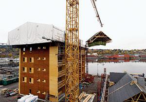 Bild 4:64. Väderskydd på klätterställning följer bygget upp i höjden. <br /> Foto: Hallbyggarna Jonsereds AB.