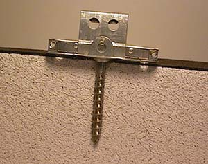Bild 7:11. Infästning i lättbetong med 1st skruv av rostfritt stål och specialklammer.