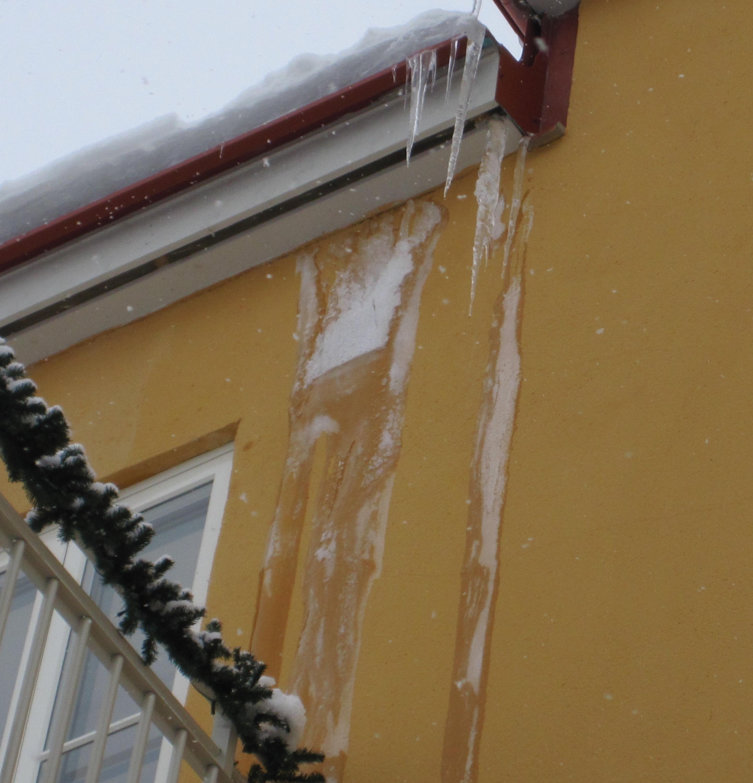 Bild 12:4. Konstruktions- eller projekteringsfel. Istapparna tyder på otillräcklig isolering och/eller felaktig ventilation. Foto: Torbjörn Osterling.