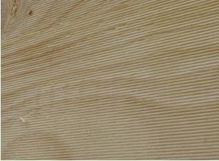 Foto 6:14. Rillad yta på underlagsspont ska vändas in mot vind. Foto: Torbjörn Osterling.