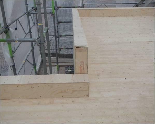 Bild 6:15. Underlaget är av stor betydelse för såväl det tekniska som estetiska resultatet vid taktäckningar och väggbeklädnader av plan plåt. Detta gäller även utförande av olika detaljer, som i detta fall ett krön. Foto: Torbjörn Osterling.