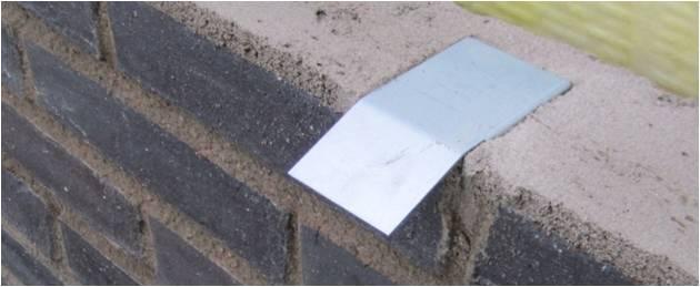 Bild 6:24. Inmurningsklammer. Fönsterbleck fästs med trycktät blindnit av rostfritt stål till fästbleck. Foto: Torbjörn Osterling.
