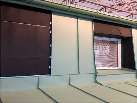 Bild 6:9. Underlagstäckning används även bakom en väggbeklädnad av plan plåt. Foto: Stefan Lardner.