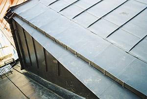 Bild 10:10. Fotrännor används på tak med lutning större än 1:1,7 (30°.) Under vissa förutsättningar kan fotrännor monteras på tak med lutning ner till 1:3 (18°). Se RA Hus. Foto: Torbjörn Osterling