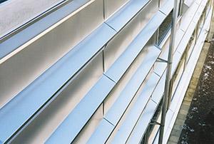 Bild 10:11. Slusskarvade kassetter och lister av rostfri stålplåt på fasad.   Foto: Torbjörn Osterling