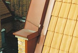 Bild 10:17. Sidobeslag med vinge på krön på takpannetak. Lägg märke till avledaren på krönbeslaget.