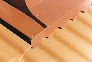 Bild 10:18. Vinge över takpannetak på framstycke till skorstensbeslag kompletterad med ett profilklippt beslag.