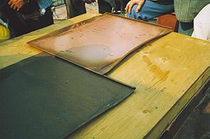 Bild 10:6. Två skivor som skjuts samman till en dubbel hakfals. Foto: Torbjörn Osterling