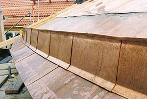 Bild 10:9. Fotränna med stomme. På bilden syns dubbel ståndfals, dubbel anslutningsfals, dubbel hakfals samt slusskarv. Foto: Torbjörn Osterling
