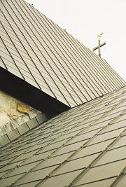 Bild 12:24. Byggplatsmålad förzinkad stålplåt på en kyrka. Foto: Torbjörn Osterling.