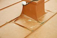 Bild 12:28. Bakom hinder finns ökad risk för korrosionsangrepp, speciellt om avrinningen är begränsad och årlig rengöring inte utförs. Foto: Torbjörn Osterling.