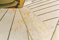 Bild 12:29. Ovarsamhet vid snöskottning medför risk för att målning/färgbeläggning skadas. Bättringsmålning rekommenderas i detta fall. Foto: Torbjörn Osterling.