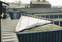 Bild 12:31. Taktäckning som har dålig eller skadad infästning kan blåsa av taket eller skadas. Foto: Torbjörn Osterling.