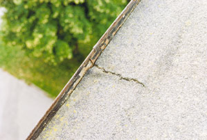 Bild 12:34. För stora rörelser i den inklistrade plåten kan leda till skador i takpappen. Foto: Torbjörn Osterling.