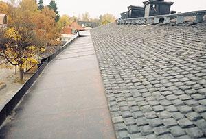 Bild 12:36. Fotränna på ett tak täckt med skiffer. Foto: Torbjörn Osterling.