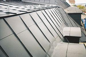 Bild 12:40. Glöm inte att kontrollera vinkelrännor bakom takkupor, även om taket har en brant lutning. Foto: Torbjörn Osterling.