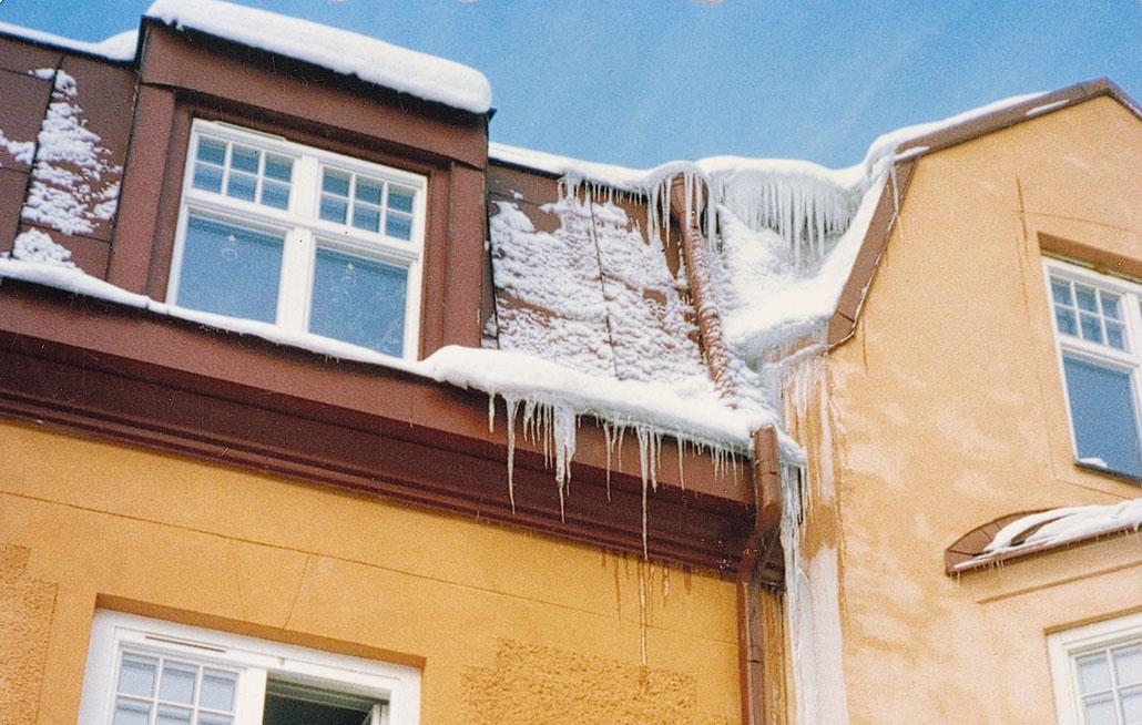 Bild 12:44. Ispåkänning på takfot, gesimsränna och stuprör. Foto: Torbjörn Osterling.