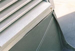 Bild 12:5. Utförandefel, slarv. Bristfällig anslutning mellan kringtäckning och en ventilationshuv. Vatten kan tränga in. Foto: Torbjörn Osterling.