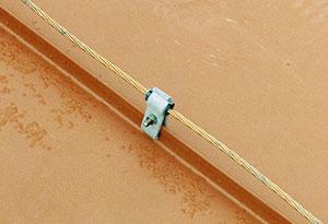 Bild 12:58. Kontrollera infästningarna till åskledare. Foto: Torbjörn Osterling.