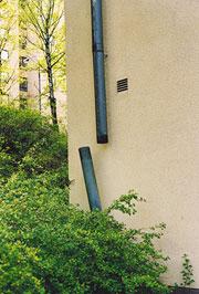 Bild 12:6. Åverkan eller bristande underhåll. Stuprör som lossnat eller skadats leder till att vatten kan skada fasaden. Foto: Torbjörn Osterling.