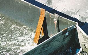 Bild 12:7. Dålig korrosionshärdighet. Färgen på fotrännskroken har lossnat och kroken har grava korrosionsangrepp. Foto: Torbjörn Osterling.