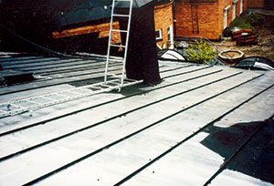 Bild 13:18. Vissa färgpartier som skuggats har ofta bättre vidhäftning. Foto: Leif Johansson, Renovator