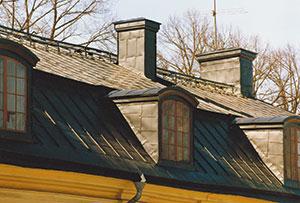 Bild 13:20. Tak med platsmålad förzinkad stålplåt. Foto: Torbjörn Osterling