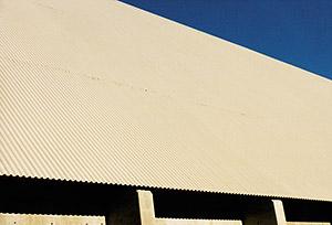 Bild 8:18. Vid taktäckningar och väggbeklädnader med profilerad plåt måste behovet av rörliga ändöverlapp beaktas. Följ tillverkarnas detaljerade monterings-anvisningar. Foto: Torbjörn Osterling.