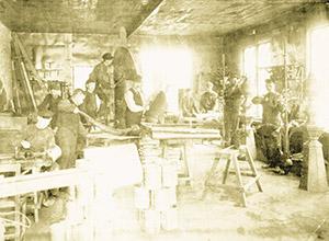 Bild 9:1. I gamla tider var arbetsmiljö annorlunda. Fotografen är okänd.