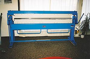 Bild 9:11. Kantbockningsmaskinen används för att bocka plåten i bestämda vinklar. Foto: Osmo Kurki.
