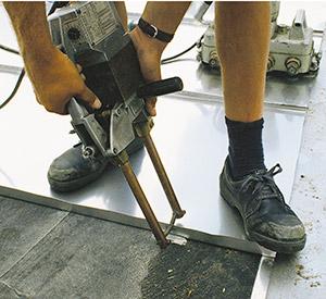 Bild 9:26. Punktsvetsning av klammer vid täckning med svetsat tak av rostfri plåt. Foto: Osmo Kurki.