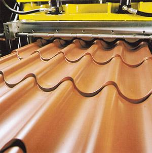 Bild 9:7. Pressning av takpannor av färgbelagd plåt. Foto: Osmo Kurki.