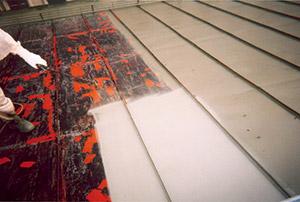 Bild 13:1. Sprutmålning av ett väl rengjort plåttak.