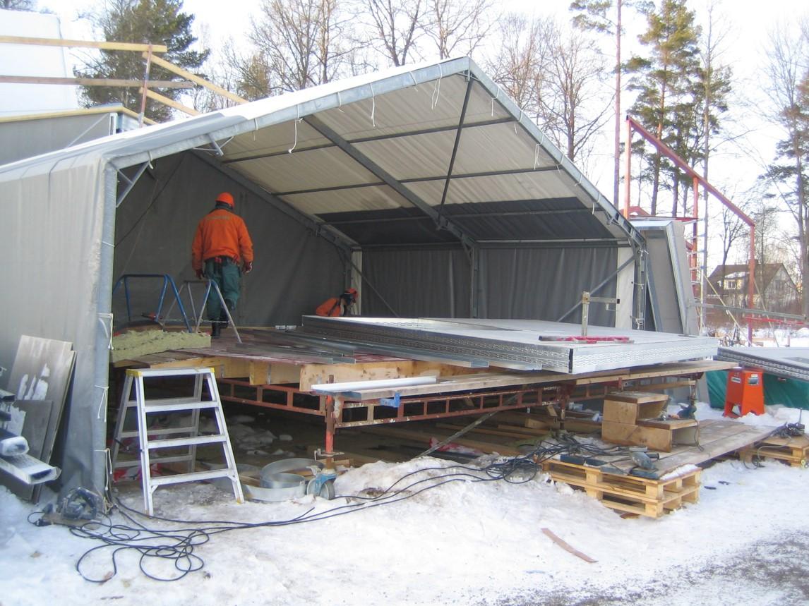 Bild 14:3. Väderskyddad tillverkning av element. Foto: Lindab AB